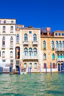 Maisons sur le grand canal à venise