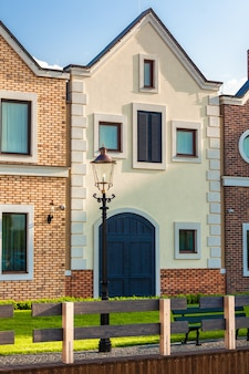 Maisons hollandaises classiques dans la rue aux beaux jours