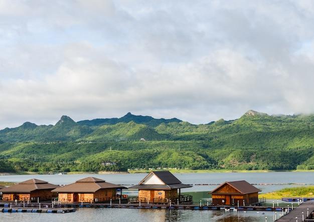 Maisons d'hôtel flottantes sur le barrage de srinakarin à kanchanaburi, thaïlande