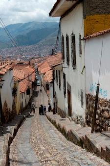 Maisons le long d'une allée en escalier à cuzco, au pérou