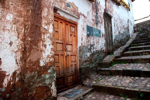 Maisons le long d'une allée piétonne, cuzco, pérou