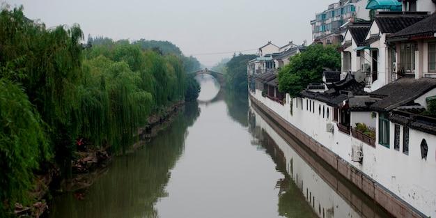 Maisons le long du ruisseau, suzhou, province du jiangsu, chine