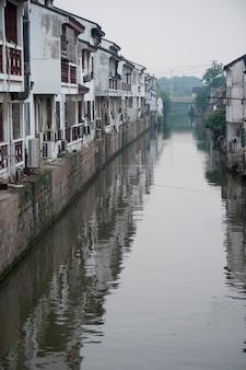 Maisons le long d'un ruisseau, suzhou, province du jiangsu, chine
