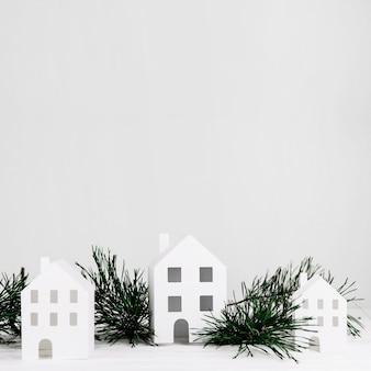Maisons miniatures avec branche de sapin