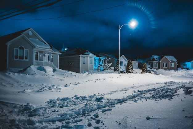 Maisons de nuit avec de la neige