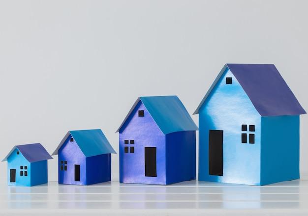 Maisons en papier bleu sur fond blanc