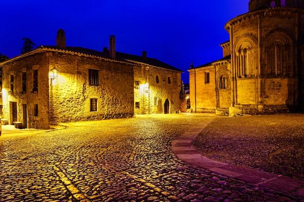 Maisons en pierre de la vieille ville avec église la nuit. santillana del mar, santander.