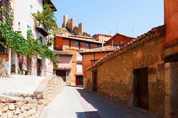 Maisons de résidence et mur de la ville à albarracin