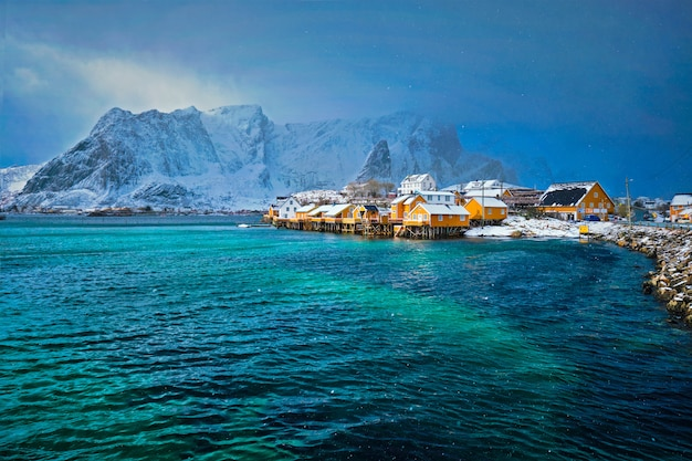 Maisons rorbu jaune, îles lofoten, norvège