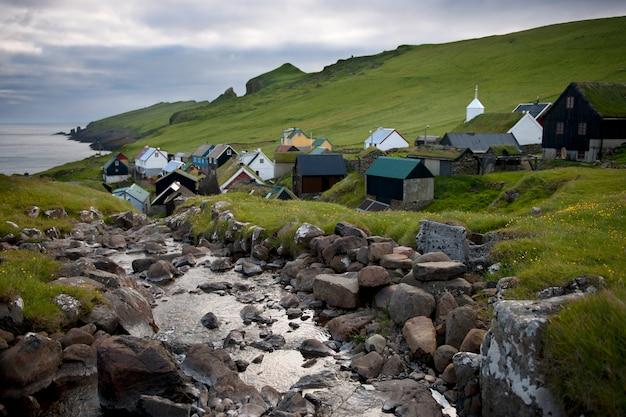 Maisons et ruisseau dans le village de l'île de mykines, îles féroé