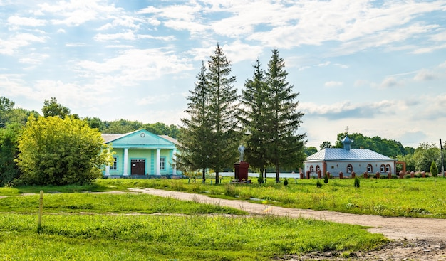 Maisons rurales typiques dans la région de koursk, village d'ostanino, russie