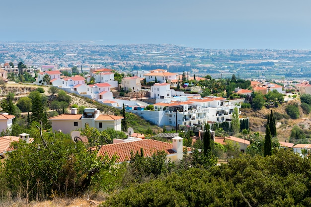 Maisons situées sur une colline surplombant la mer en méditerranée
