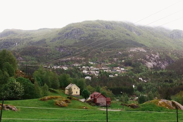 Maisons solitaires parmi les montagnes