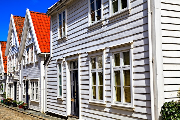 Maisons traditionnelles et la route, couvertes de briques