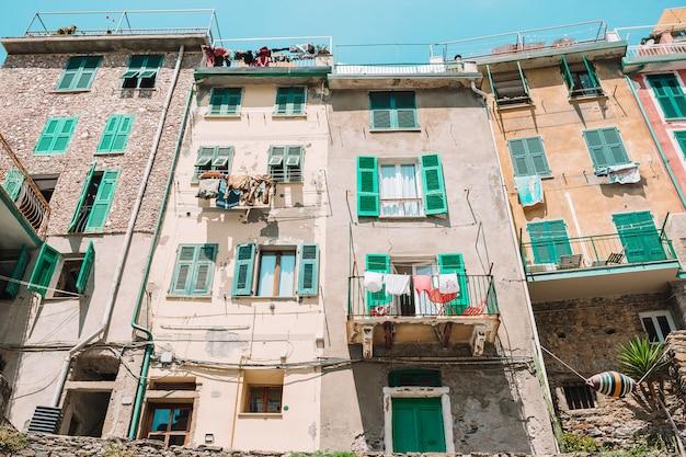 Maisons typiques dans une petite ville de ligurie