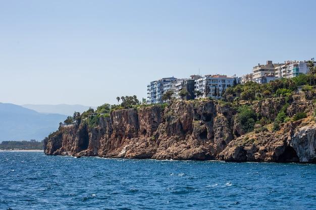 Maisons Et Villas Sur Une Falaise Sur Les Rives De La Mer De La Terre Du Milieu à Antalya, Turquie Photo Premium