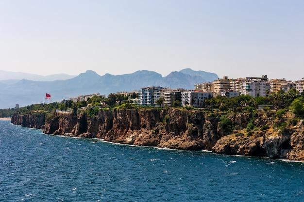 Maisons et villas sur une falaise sur les rives de la mer de la terre du milieu à antalya, turquie