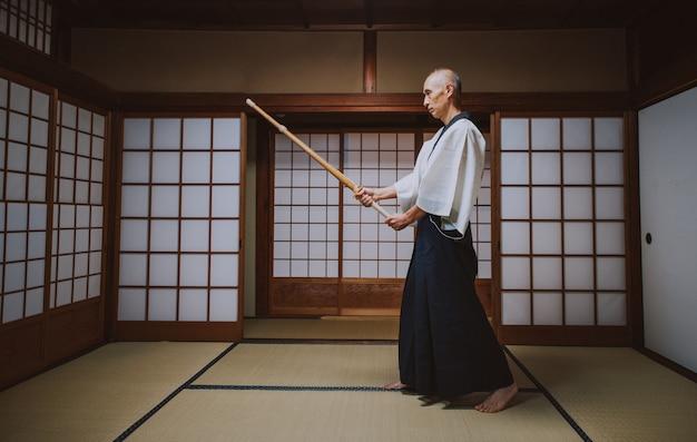 Maître d'art martial senior dans son dojo