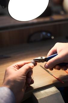 Maître confectionnant des bijoux élégants