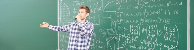 Maître de conférences à l'université donnant des connaissances aux étudiants