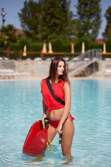 Maître nageur à la piscine