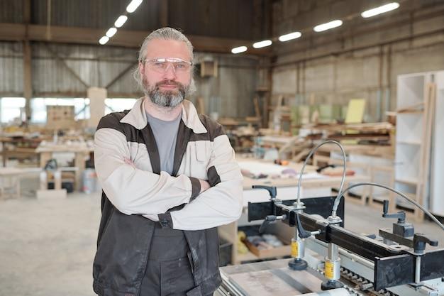 Maître principal réussi de meubles contemporains produisant une usine debout avec un intérieur d'atelier