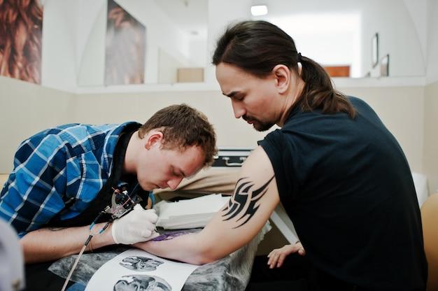 Maître tatouage faire tatouage pour rocker man