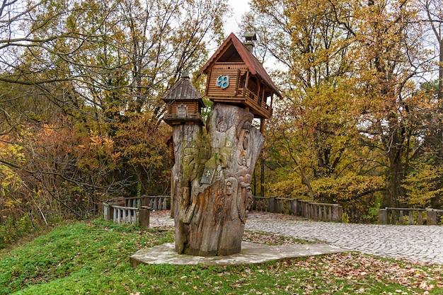 Maîtrise de la sculpture sur un arbre sur une souche