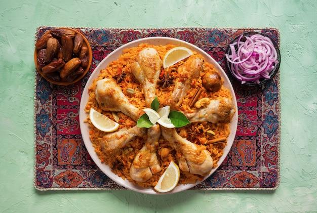 Majboos de poulet qatari - plat national de bahreïn et du qatar. cuisine arabe.