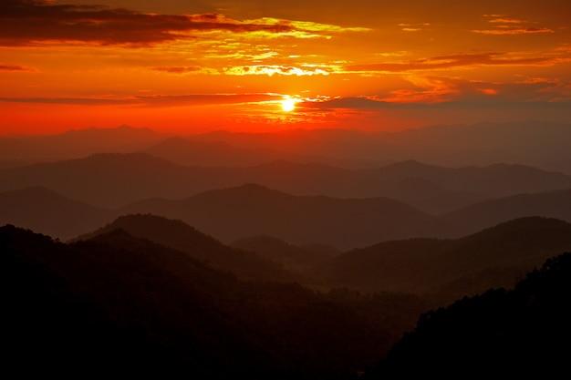 Majestueux ciel coucher de soleil sur le paysage de montagnes