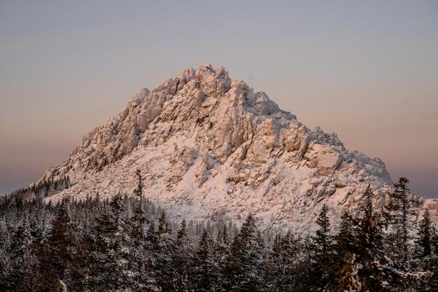 Majestueux sommet de montagne couvert de neige dans les montagnes du sud de l'oural