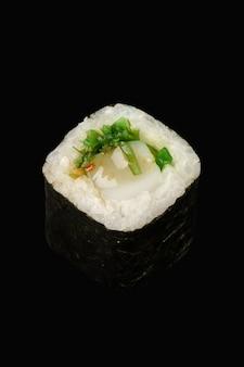 Maki roll avec pétoncle, chuka, riz