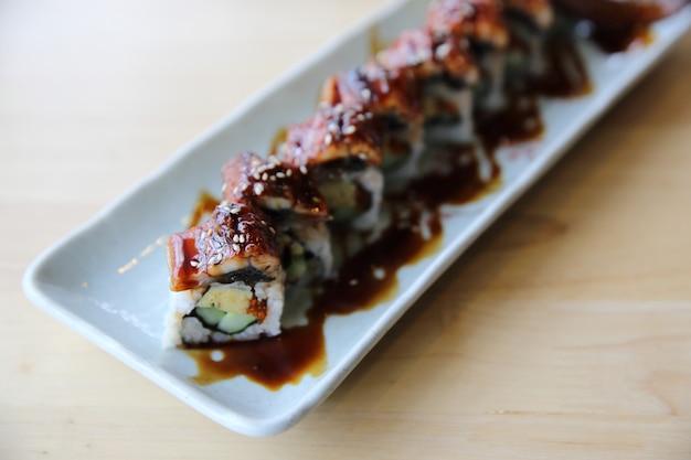 Maki de rouleau d'anguille de sushi de cuisine japonaise