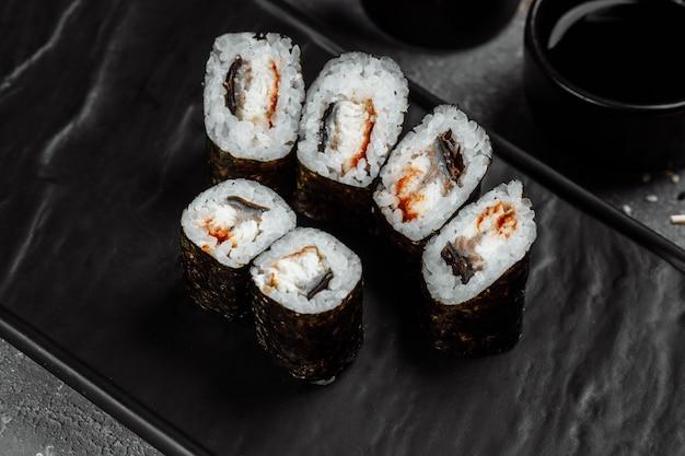 Maki simple au thon. sushi sur fond gris.