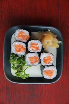Maki sushi au saumon