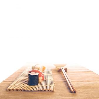 Maki sushi réglé sur un fond en bois