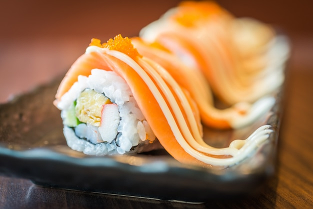 Maki sushi roulé au saumon