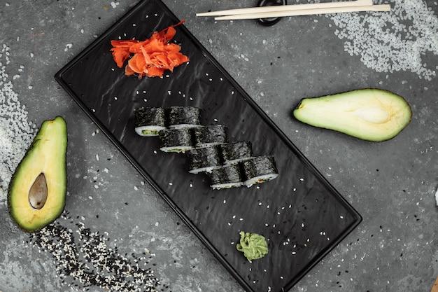 Maki sushi végétarien - rouleau à base de tomate, concombre, poivron, feuille de salade et mayonnaise japonaise.