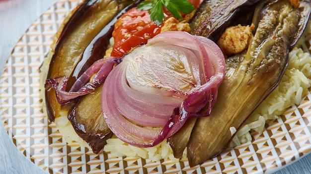 Maklouba irakien aux aubergines, asie plats assortis traditionnels, vue de dessus.