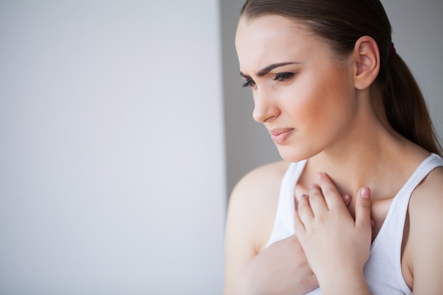 Mal au cœur. belle femme souffrant de douleur dans la poitrine. problèmes de santé