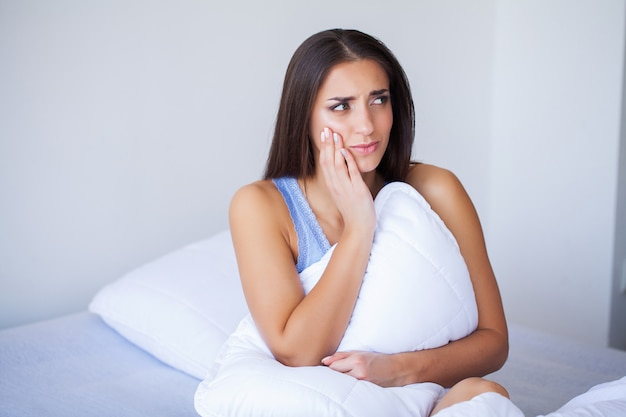 Mal de dents. belle femme souffrant de maux de dents douloureux