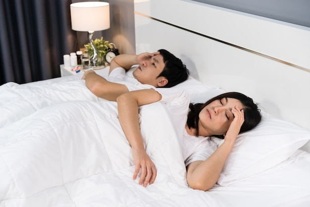Mal de tête de couple malade et souffrant de maladie virale et de fièvre sur le lit