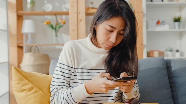 Malade jeune femme asiatique tenant des médicaments et prendre des photos à envoyer au médecin