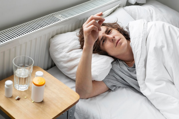 Malade, jeune homme, reposer lit