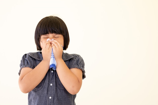 Malade petite fille commander un mouchoir