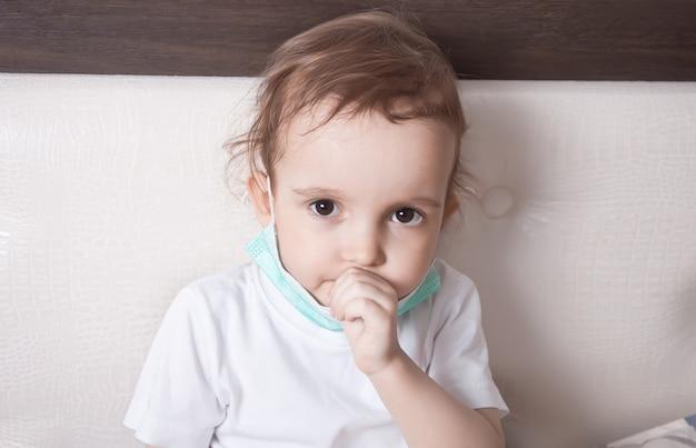 Malade petite fille souffrant de toux au lit à la maison