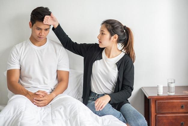 Le malade a regardé une femme et touché son front.