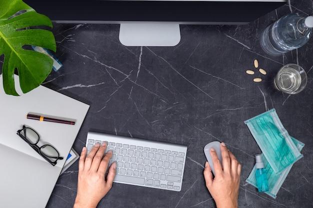 Malade de virus travaillant à domicile concept. table de travail. vue de dessus d'en haut