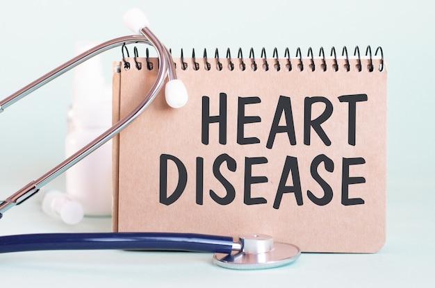Maladie cardiaque - diagnostic écrit sur une feuille de papier blanc. traitement et prévention des maladies. concept médical. mise au point sélective