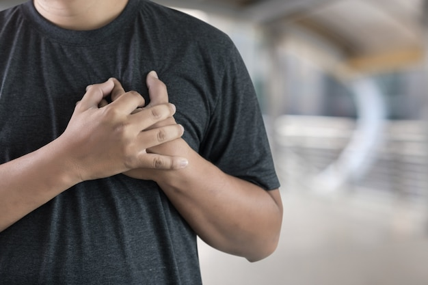 Maladie de l'homme douleur de la poitrine souffrant de crise cardiaque